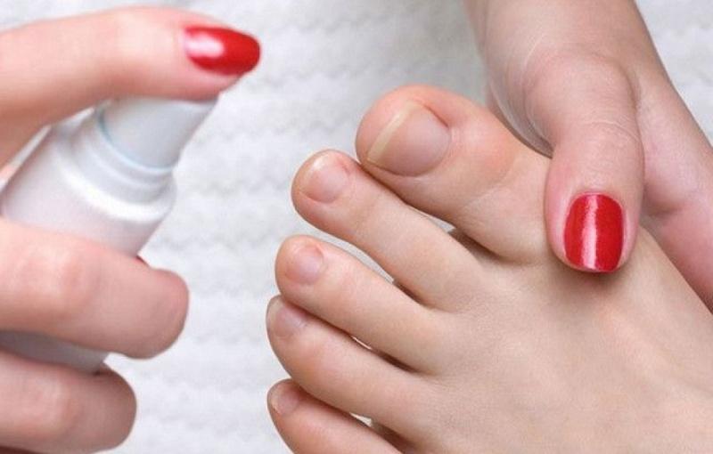 Нанесение спрея на ногти