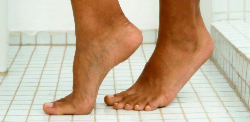 Ноги на полу бассейна