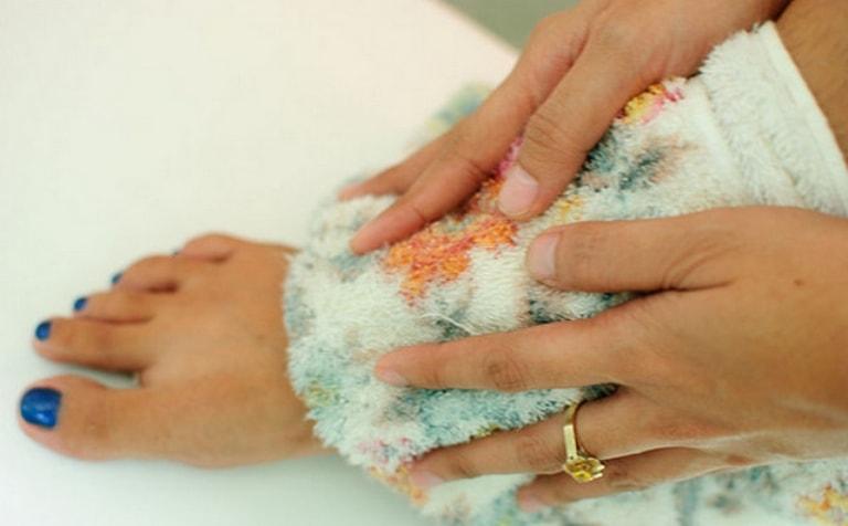 Вытирание ног полотенцем