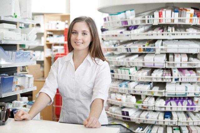 Продавец в аптеке продаёт Батрафен